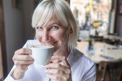 Portret piękna młoda blondynki kobieta cieszy się herbacianą filiżankę Fotografia Royalty Free