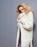Portret piękna młoda blondynki kobieta w białej żakiet ampule dział modę Obrazy Stock