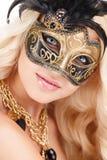 Portret Piękna młoda blondynki kobieta w czarnej i złocistej tajemniczej venetian masce. Mody fotografia na białym tle obraz royalty free