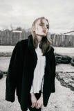 Portret piękna młoda blondynki kobieta w czarnej kurtce na ulicie, chmurny obrazy stock