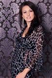 Portret piękna młoda brunetka uśmiechu dziewczyna w czerni sukni obrazy stock