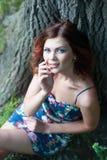 Portret piękna młoda brunetki dziewczyna z falistym włosy w krótkiej sukni w parku zdjęcia royalty free