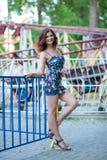 Portret piękna młoda brunetki dziewczyna z falistym włosy w krótkiej sukni w parku fotografia royalty free