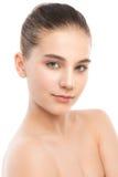 Portret piękna młoda brunetki kobieta z czystą twarzą Na bielu Obrazy Royalty Free