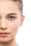 Portret piękna młoda brunetki kobieta z czystą twarzą odosobniony miotła biel zdjęcia stock
