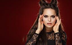 Portret piękna młoda brunetki kobieta z rogami na jej h fotografia stock