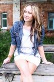 Portret piękna młoda dziewczyna na tle miasto obrazy royalty free