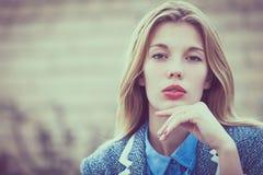 Portret piękna młoda dziewczyna outdoors zdjęcia stock