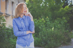 Portret piękna młoda dziewczyna outdoors Zdjęcie Royalty Free