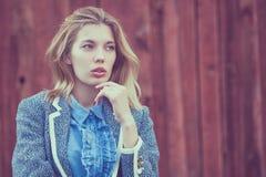 Portret piękna młoda dziewczyna outdoors Fotografia Royalty Free