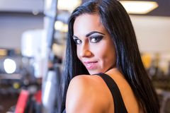 Portret piękna młoda dziewczyna pracująca w Gym out fotografia royalty free
