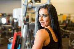 Portret piękna młoda dziewczyna pracująca w Gym out obrazy royalty free