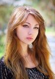 Portret piękna młoda dziewczyna przy parkiem Obraz Royalty Free
