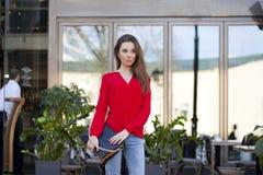 Portret piękna młoda dziewczyna w czerwonej koszula na backgroun Zdjęcie Stock