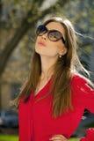 Portret piękna młoda dziewczyna w czerwonej koszula na backgroun Fotografia Royalty Free