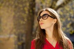 Portret piękna młoda dziewczyna w czerwonej koszula na backgroun Zdjęcia Royalty Free