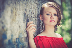 Portret piękna młoda dziewczyna w czerwonej sukni outdoors zdjęcia stock