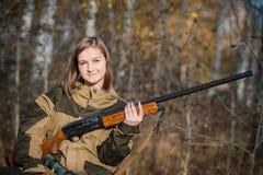 Portret piękna młoda dziewczyna w kamuflażu myśliwym z flintą Zdjęcie Stock