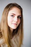 Portret piękna młoda dziewczyna z ciemnym włosy Zdjęcia Royalty Free