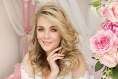 Portret piękna młoda dziewczyna z kwiatem w żywym pokoju Zdjęcia Stock