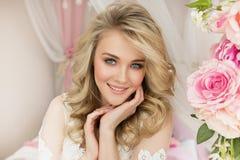 Portret piękna młoda dziewczyna z kwiatem w pokoju Zdjęcia Stock