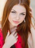 Portret piękna młoda dziewczyna z wspaniałym czerwonym włosy zdjęcia stock