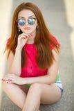 Portret piękna młoda dziewczyna z wspaniałym czerwonym włosy obraz royalty free