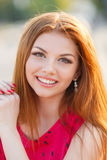 Portret piękna młoda dziewczyna z wspaniałym czerwonym włosy obraz stock