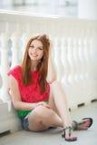 Portret piękna młoda dziewczyna z wspaniałym czerwonym włosy obrazy stock