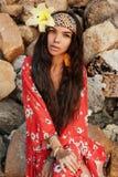 Portret piękna młoda elegancka boho kobieta z kwiatem w włosy outdoors przy zmierzchem obrazy royalty free
