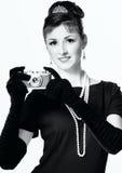 Portret piękna młoda elegancka kobieta z rocznika camer zdjęcia stock