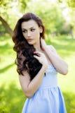 Portret piękna młoda Kaukaska kobieta w wiosna ogródzie obrazy stock