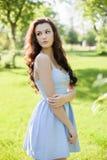 Portret piękna młoda Kaukaska kobieta w wiosna ogródzie obraz royalty free