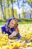 Portret piękna młoda kobieta dzwoni telefonem Zdjęcia Royalty Free