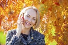 Portret piękna młoda kobieta dzwoni telefonem Obrazy Royalty Free