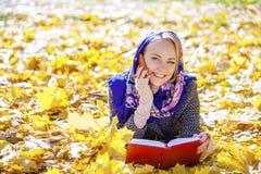 Portret piękna młoda kobieta dzwoni telefonem Fotografia Stock