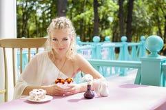 Portret piękna młoda kobieta na naturze. Zdjęcia Royalty Free