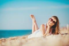 Portret piękna młoda kobieta na plaży w piasku Obrazy Stock