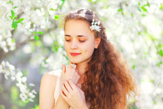 Portret piękna młoda kobieta nad kwiatonośnym wiosna ogródem zdjęcia royalty free