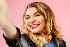 Portret piękna młoda kobieta robi selfie na mądrze telefonie Obrazy Royalty Free