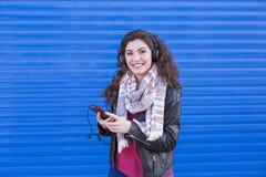 Portret piękna młoda kobieta słucha muzyka na jej mo Zdjęcie Stock