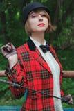 Portret piękna młoda kobieta w horsewoman kostiumu w lesie Zdjęcia Stock