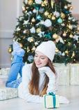 Portret piękna młoda kobieta w kapeluszu i pulowerze na backgrou Fotografia Stock
