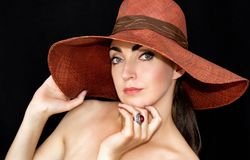 Portret piękna młoda kobieta w kapeluszu na czarnym tle fotografia royalty free