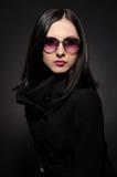 Portret piękna młoda kobieta w okularach przeciwsłoneczne zdjęcie stock