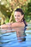 Portret piękna młoda kobieta w pływackim basenie Fotografia Royalty Free