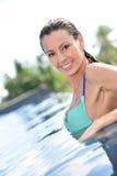 Portret piękna młoda kobieta w pływackim basenie Obraz Stock