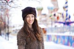 Portret piękna młoda kobieta w wyderkowym kapeluszu na czerwieni squar Obrazy Royalty Free