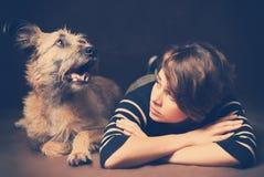 Portret piękna młoda kobieta z śmiesznym kostrzewiastym psem na a Zdjęcie Royalty Free