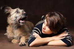 Portret piękna młoda kobieta z śmiesznym kostrzewiastym psem na a Fotografia Stock